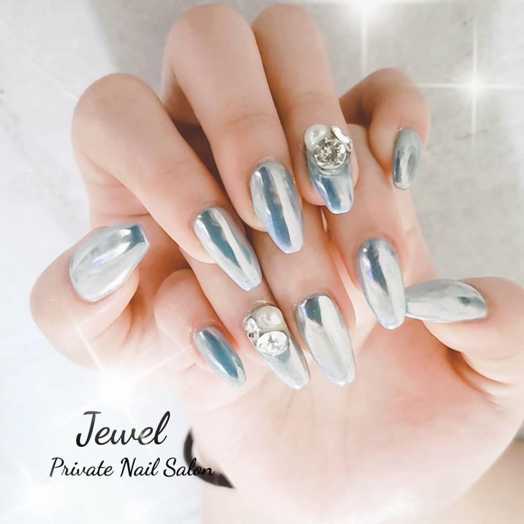 Dark Silver Glittering Nailpolish With Clear Crystal Rhinestones