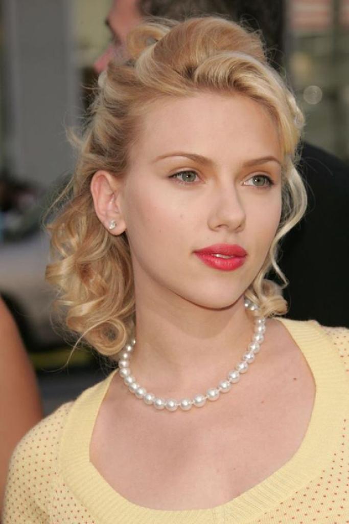 Celebrity Jewelry Scarlett Johansson Wears White Sparkling Pearls Necklace