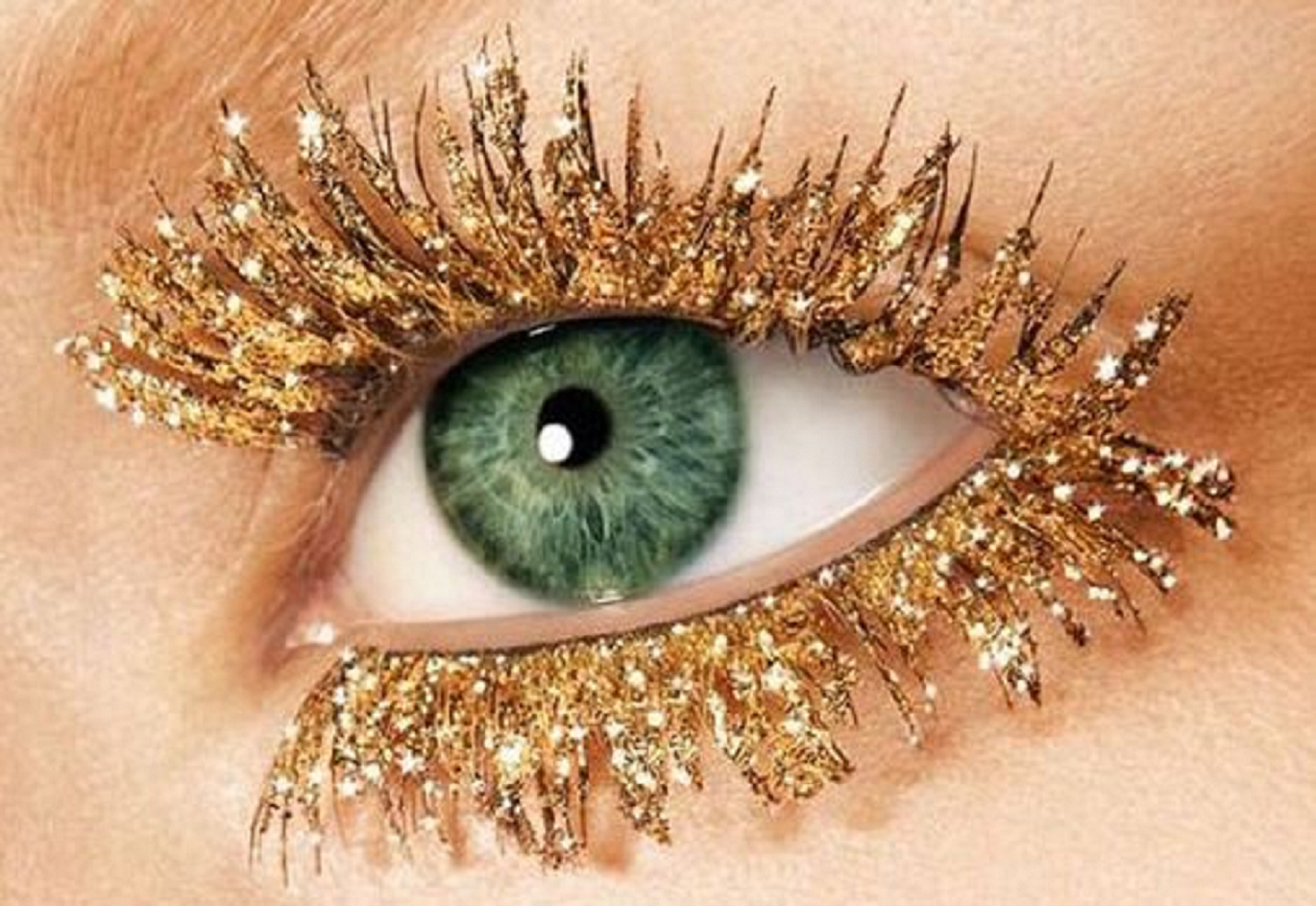 Bling makeup Obsessed with Sparkling Eyes with Gold Glittering Powder On The Eyelash