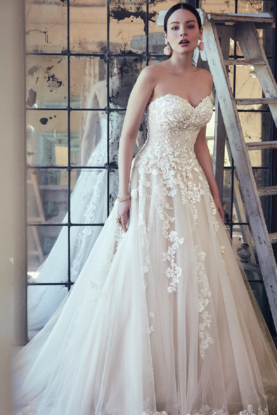 Elegant A-Line Bridal Dress with Sweetheart Neckline and Embilleshed Rhinestones and Beads