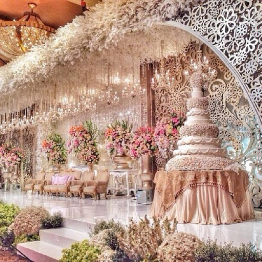 Bling wedding receptions Wow! How grand is this wedding stage?