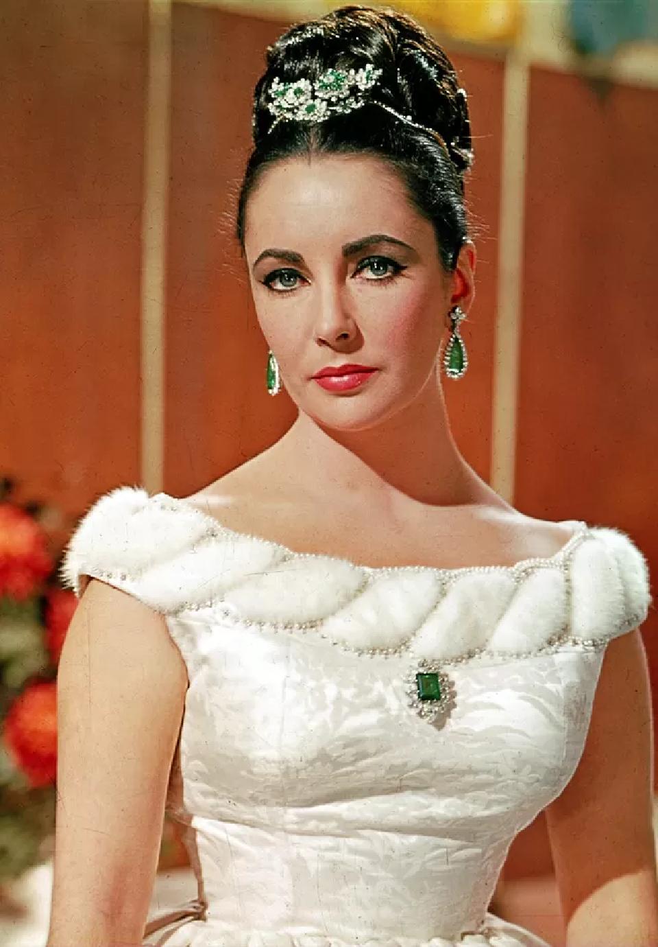 Celebrity Jewelry Elizabeth Taylor Wearing The Bulgari Jewelry with Green Emerald Stone and Rhinestones
