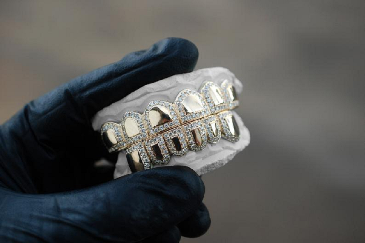 Best bling grillz 2021 Diamond Border Grillz Iced Out High Polish Gold
