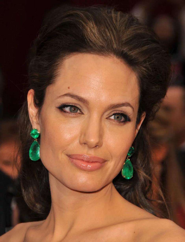 Amazing Hollywood celeb bling Angelina Jolie Wears A Lorraine Schwartz Emerald Drop Tear Shape Stone Earrings