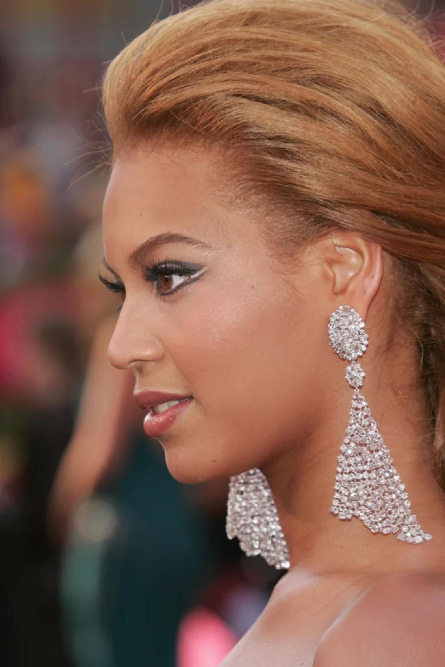 Amazing Hollywood celeb bling Beyoncé Wearing A Luxurious Diamond Hanging Earrings