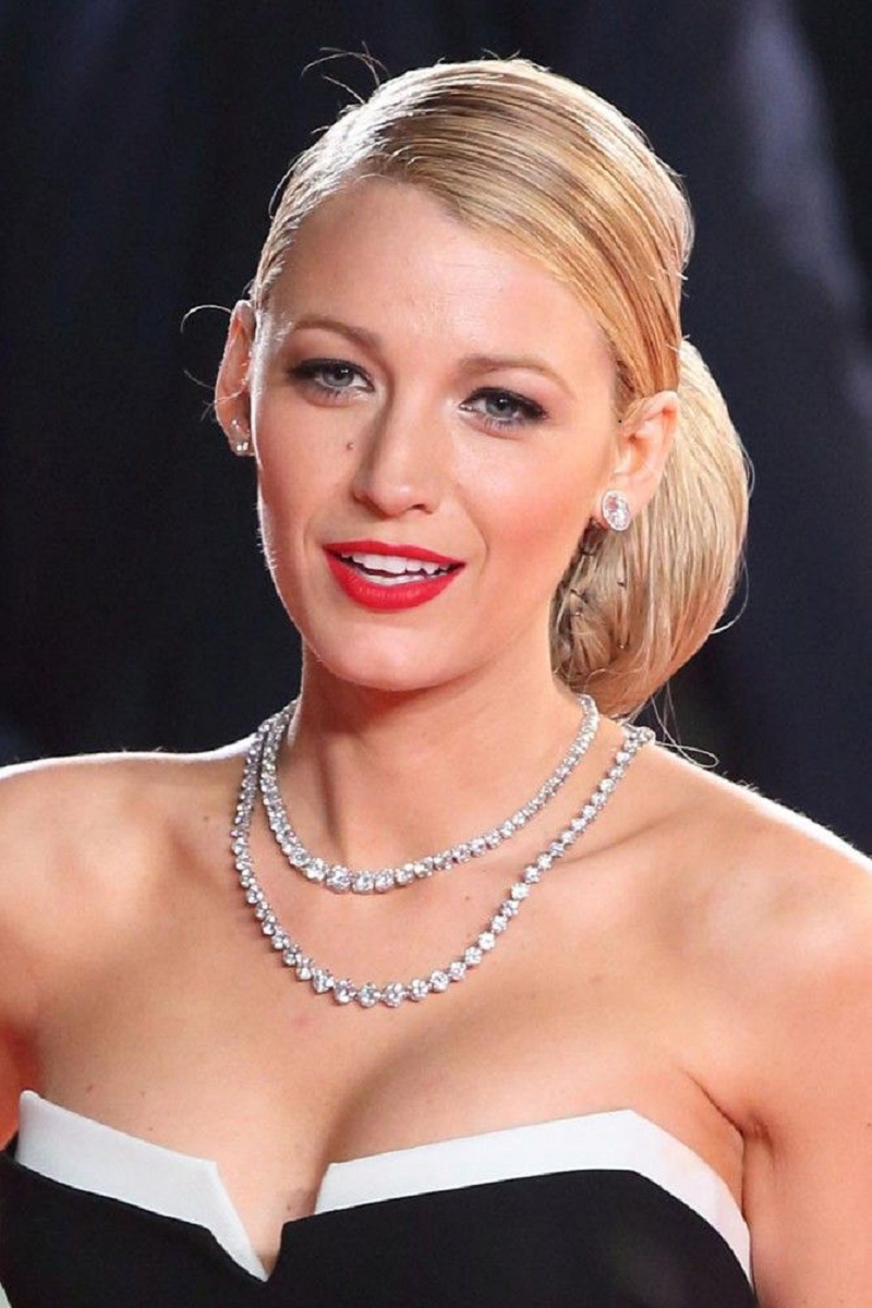 Amazing Hollywood celeb bling Wearing A Luxury Diamond Necklace with Matching Earring Studs
