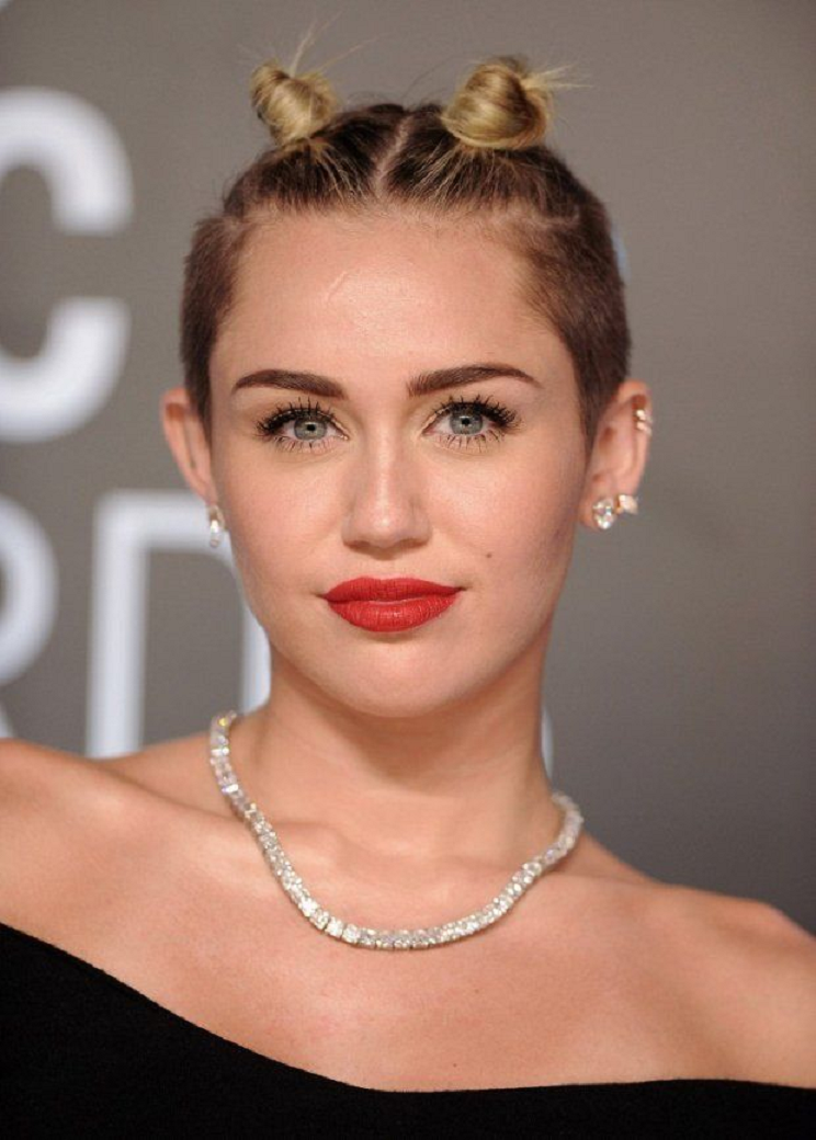 Amazing Hollywood celeb bling Miley Cyrus Wearing A Diamond Necklace with Matching Stud Earrings