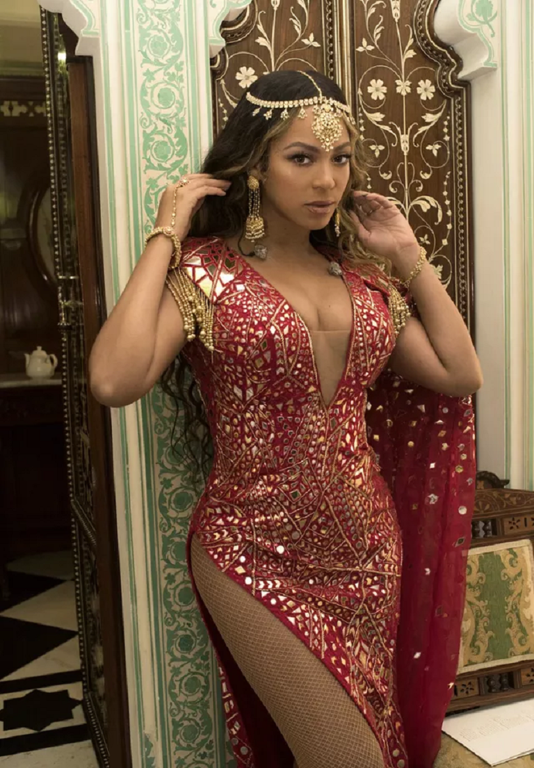 Beyoncé Wearing A Headdress with Yellow Gold and Diamonds with Matching Hanging Earrings And Bracelet