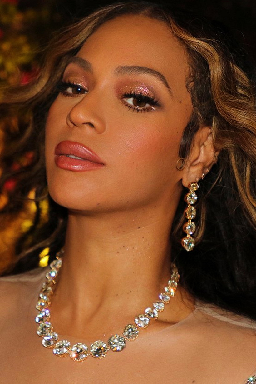 Beyoncé Wears A Yellow Gold Necklace with Clear Cut Diamonds with Matching Drop Earrings