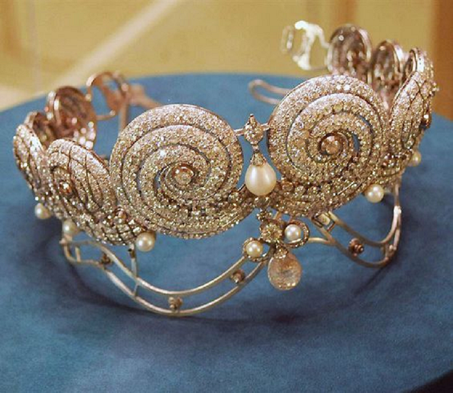 Best Tiara Bling Online: Gold Tiara with Diamond and Pear